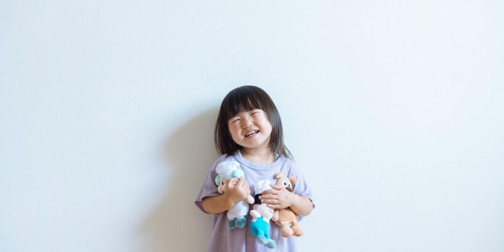 Onnellinen lapsi leikkii