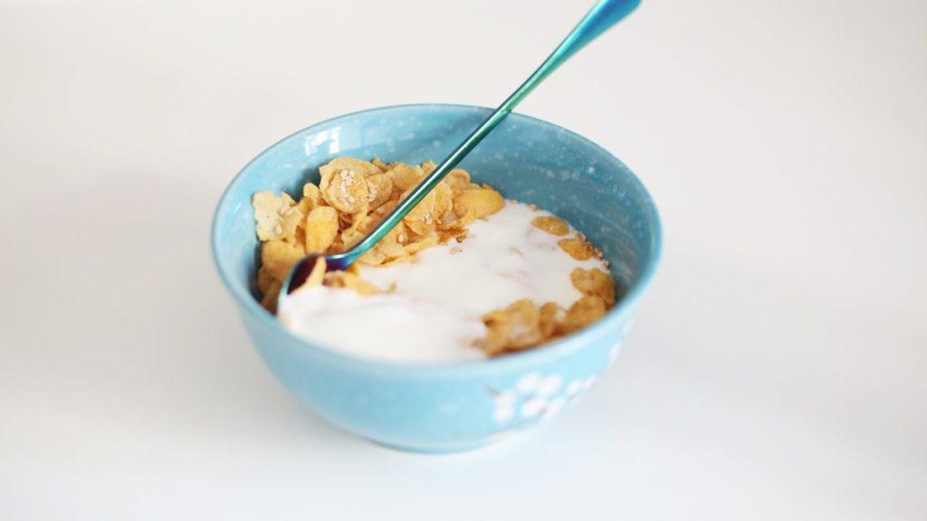 Muroja ja jogurttia kulhossa