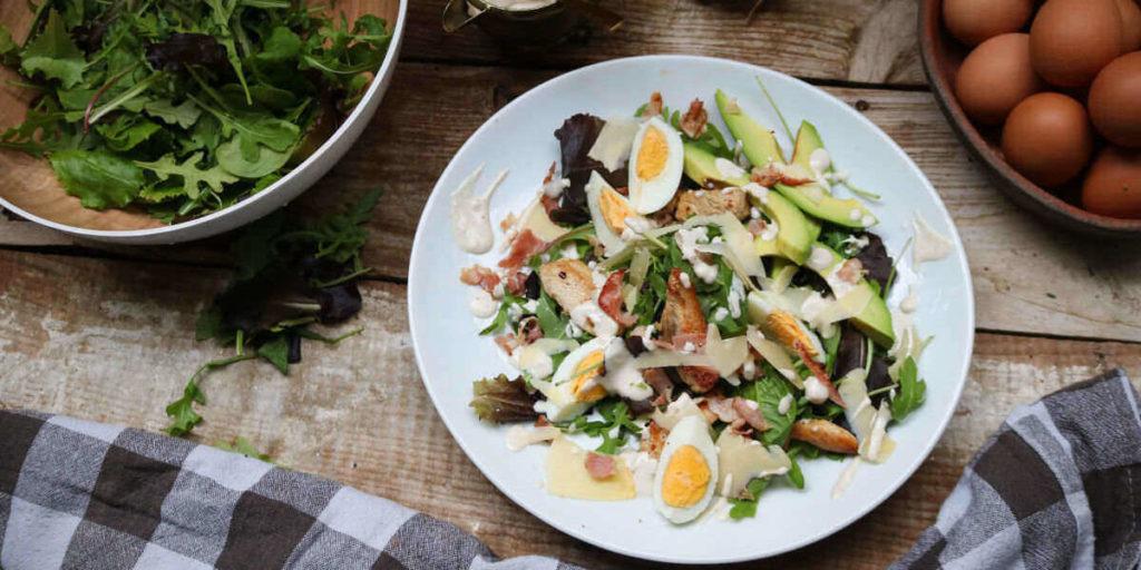 Cesarsalaatti on loistava lounas halutessasi päästä ketoosiin